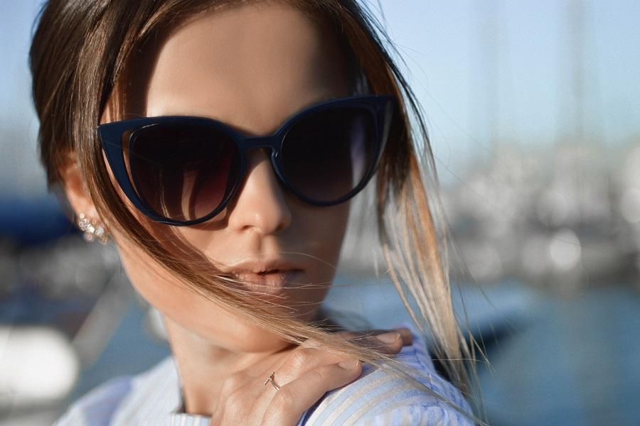 Okulary przeciwsłoneczne jak dobrać je do kształty twarzy? (fot. pexels.com)