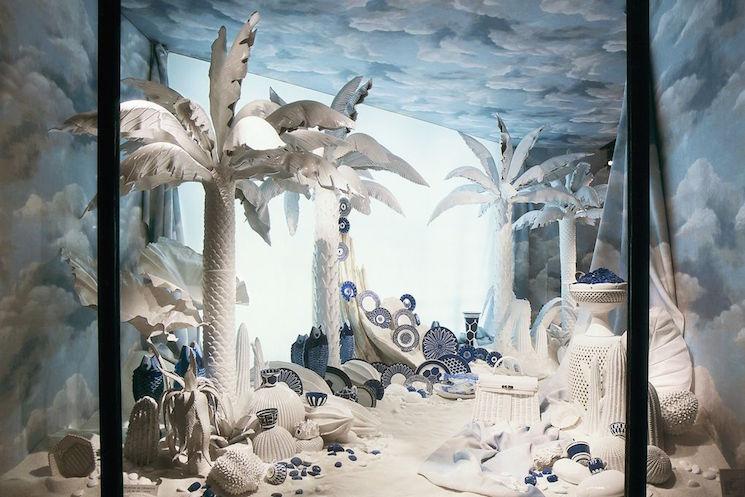 Jedna z witryn wystawy Leïla Menchari, Queen of Enchantment (fot. Hermes)