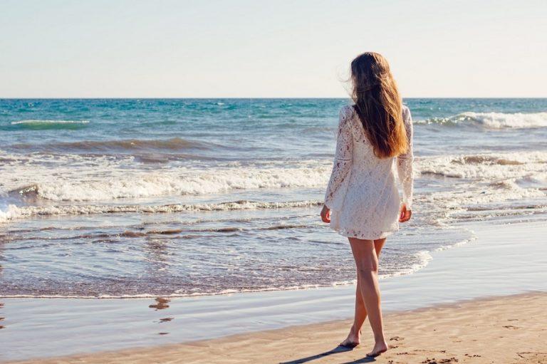 Sukienki plażowe 2017 (fot. pexels.com)